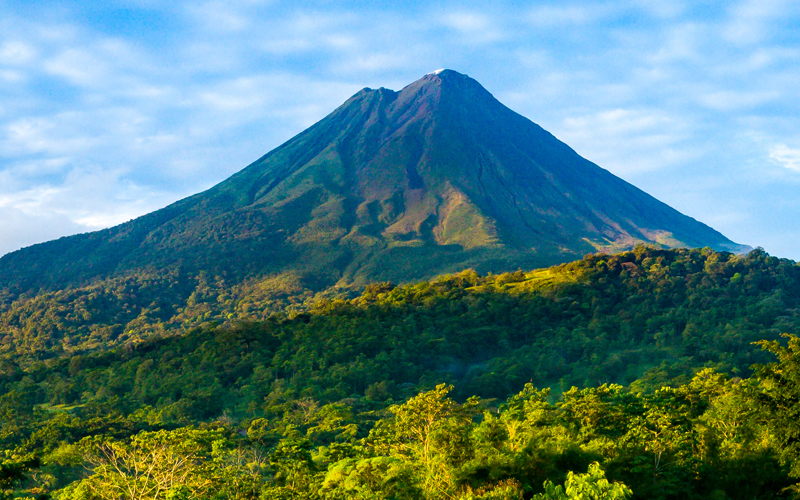 Arenal Volcano in La Fortuna is one of the best places to go on vacation in the world as there are many activities to enjoy and beautiful landscapes to discover.