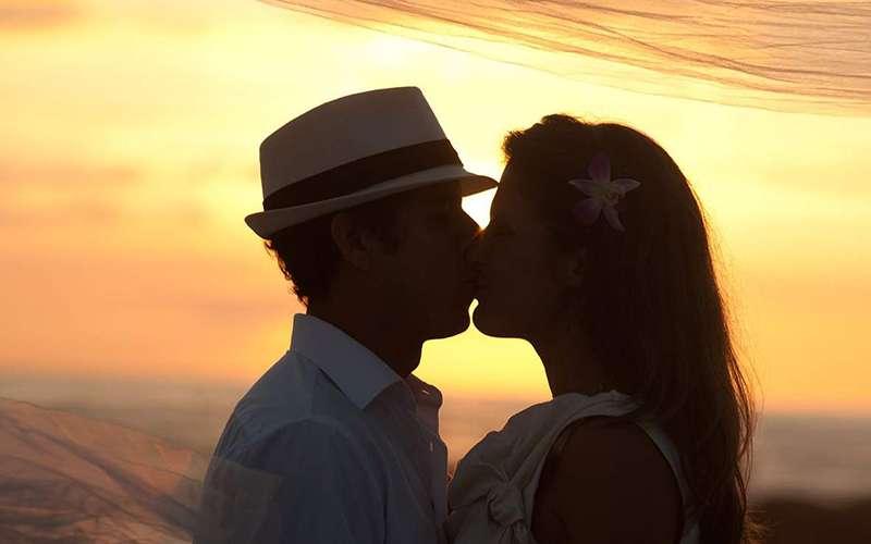 Paar küssend am Strand