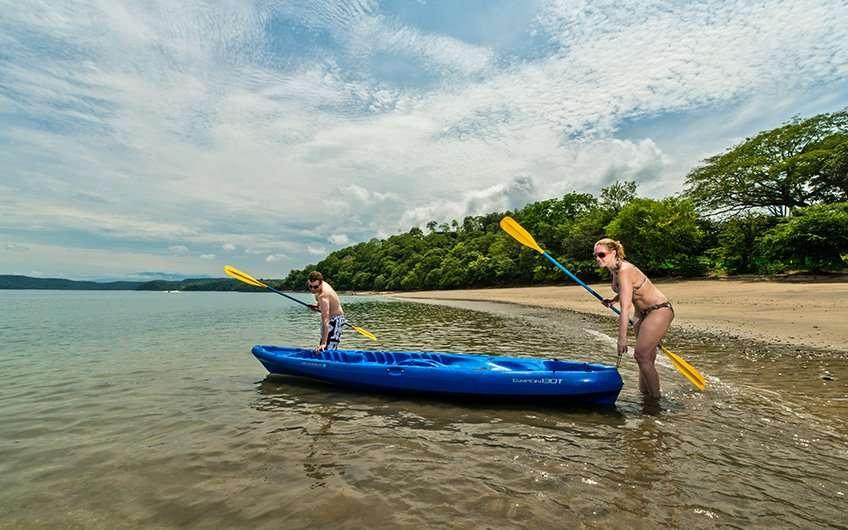 Viele Paare genießen eine Seekayakfahrt in Guanacaste. Dies ist einer der beliebtesten Aktivitäten dort.
