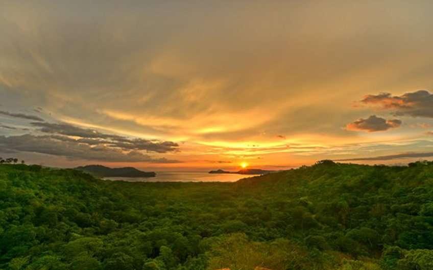 Die Temperatur in Guanacaste Costa Rica ist perfekt zur Zeit des Sonnenuntergangs, wenn es möglich ist wunderschöne Bilder wie dieses vom Golf von Nicoya zu machen.