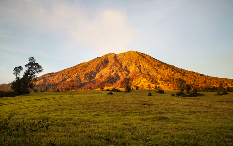 In Turrialba on clear days, visitors can can enjoy the spectacle of seeing both the Pacific Ocean and the Caribbean Sea, its volcano is currently active.