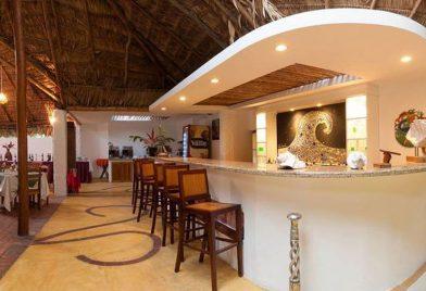 Restaurant bar at Cariblue Hotel