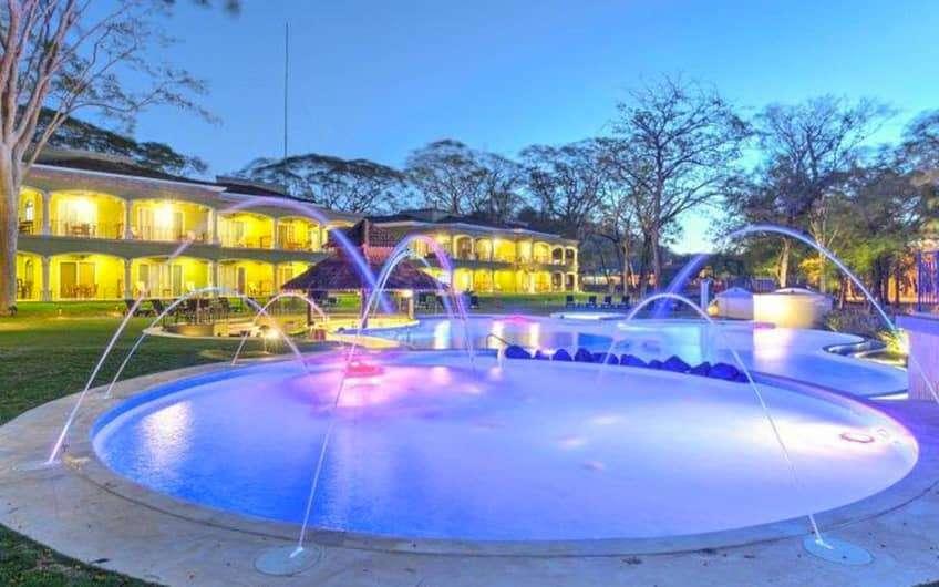 Dieses All-Inclusive-Strandresort liegt in einer bewaldeten Anlage an der Küste von Playa Panamá und ist 14 km von den Gärten des Sardinal Parks und 15 km von den Tennis- und Fitnessaktivitäten des The Club at Coco Bay entfernt.